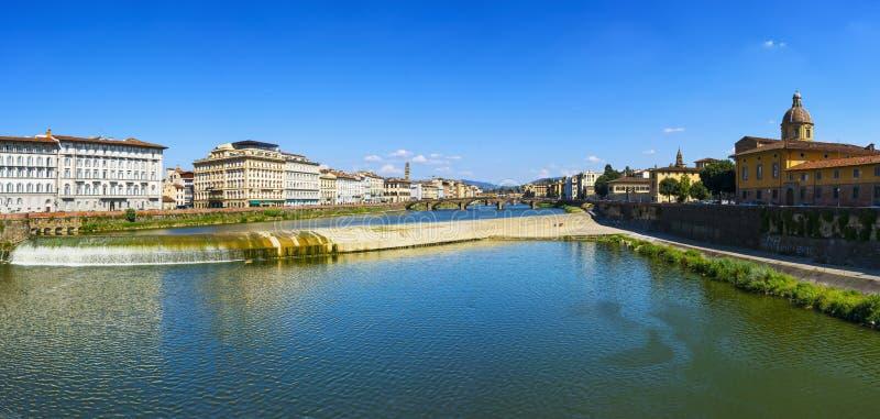 Opinión panorámica de Florencia o de Firenze del río de Arno y del MED de Carraia imagen de archivo