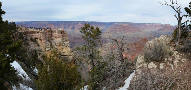Opinión panorámica de Grand Canyon con los turistas imagenes de archivo