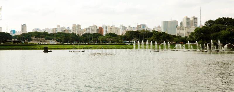 Opinión panorámica de la bandera del parque con el paisaje urbano de Sao Paulo, el Brasil de Ibirapuera fotografía de archivo libre de regalías