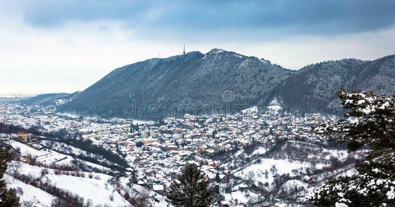 Opinión panorámica de la ciudad de Brasov el la estación del invierno fotos de archivo libres de regalías