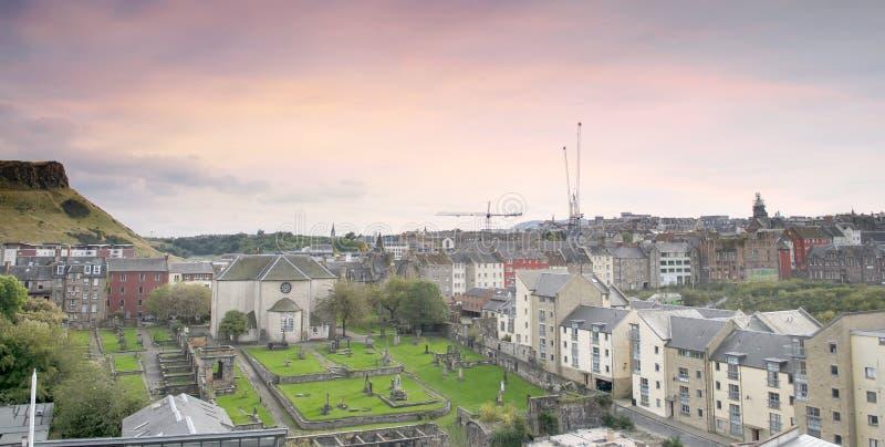 Opinión panorámica de la ciudad de Edimburgo con el cementerio en puesta del sol púrpura rosada, Edimburgo de Canongate foto de archivo libre de regalías