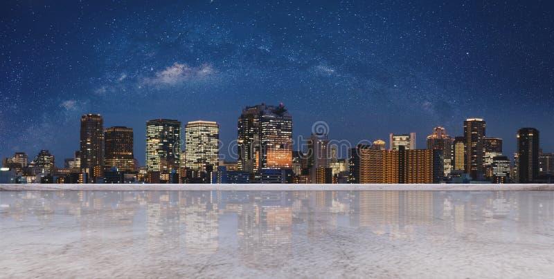Opinión panorámica de la ciudad de Osaka en la noche con el cielo por completo de la estrella, y piso concreto vacío Fondo de la  foto de archivo libre de regalías
