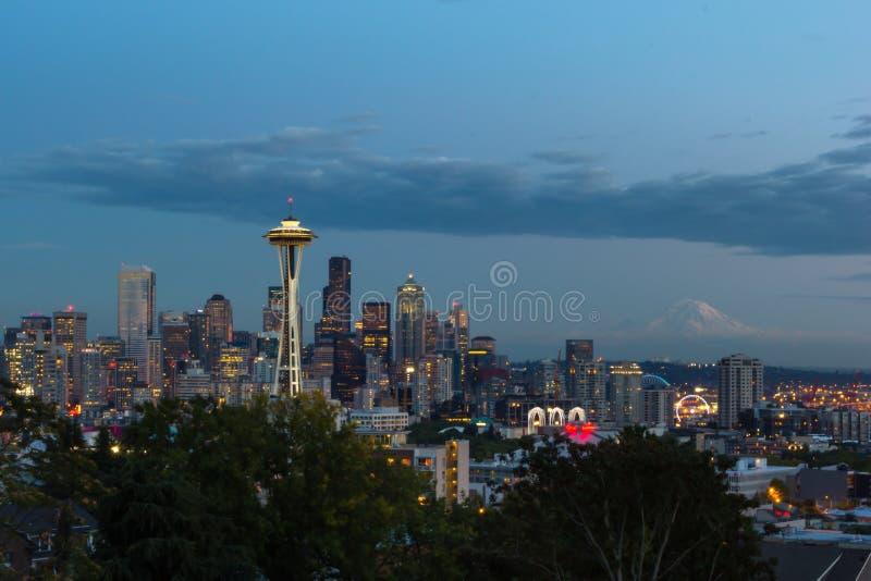 Opinión panorámica de la hora azul de Seattle céntrica del parque de Kerry imagen de archivo libre de regalías