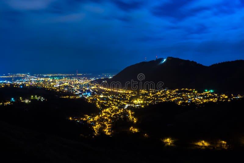 Opinión panorámica de la noche de la vecindad histórica vieja de Brasov, Rumania imagen de archivo