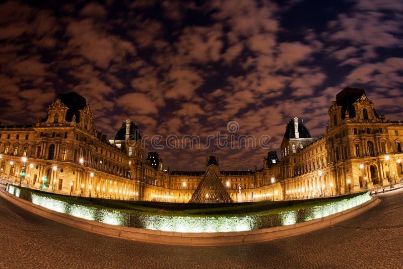 Opinión panorámica de la noche del museo del Louvre en París, Francia foto de archivo libre de regalías