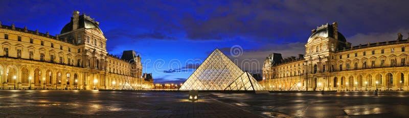 Opinión panorámica de la noche externa del museo del Louvre (Musee du Louvre) fotos de archivo