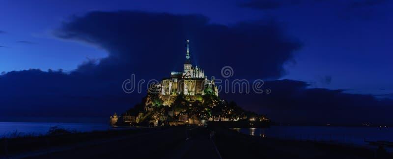 Opinión panorámica de la noche Mont Saint Michel francia imágenes de archivo libres de regalías