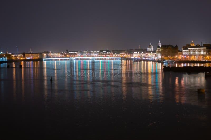 Opinión panorámica de la noche de Neva River y del puente iluminados de Tuchkov, St Petersburg, Rusia fotografía de archivo libre de regalías
