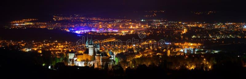 Opinión panorámica de la noche sobre el castillo de Bojnice y de alrededores imágenes de archivo libres de regalías