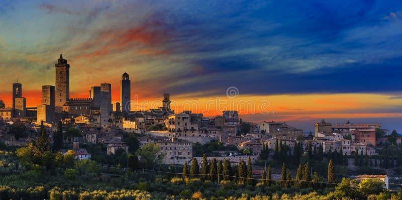 Opinión panorámica de la puesta del sol asombrosa de torres de la ciudad vieja San Giminian fotografía de archivo libre de regalías