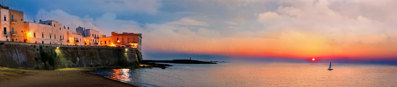 Opinión panorámica de la puesta del sol de la ciudad y del mar viejos, Italia de Gallipoli foto de archivo