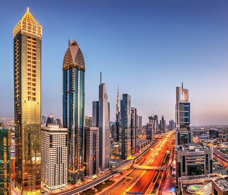 Opinión panorámica de la puesta del sol de Dubai de Burj Khalifa imagenes de archivo