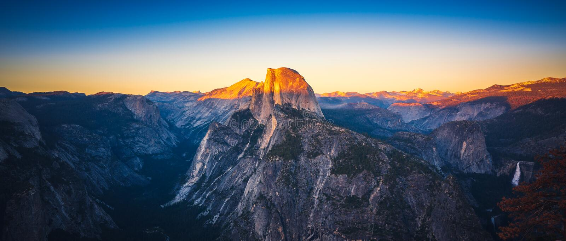 Opinión panorámica de la puesta del sol de la media bóveda del punto del glaciar en Yosemi fotografía de archivo libre de regalías
