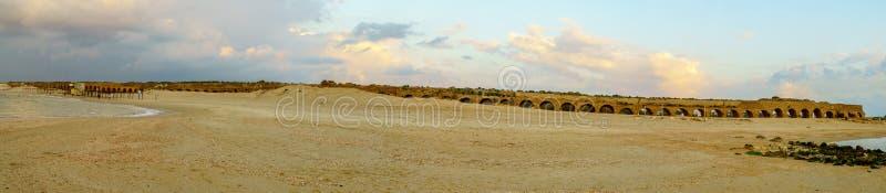 Opinión panorámica de la puesta del sol la playa y Roman Aqueduct, Caesarea imagen de archivo