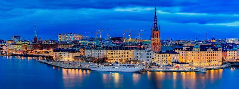Opinión panorámica de la puesta del sol sobre la ciudad vieja Gamla Stan y Rid de Estocolmo fotos de archivo libres de regalías
