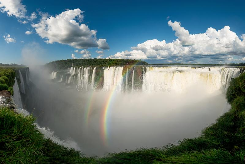 Opinión panorámica de las cataratas del Iguazú, sitio de la garganta del diablo foto de archivo libre de regalías