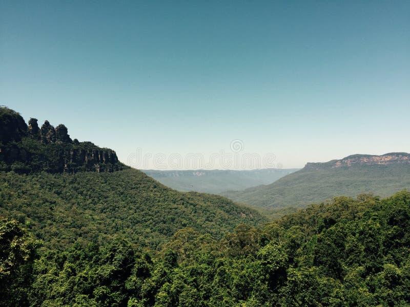 Opinión panorámica de las montañas azules Tres hermanas foto de archivo