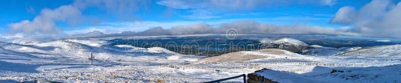 Opinión panorámica de las montañas de Cairngorm en invierno fotografía de archivo libre de regalías