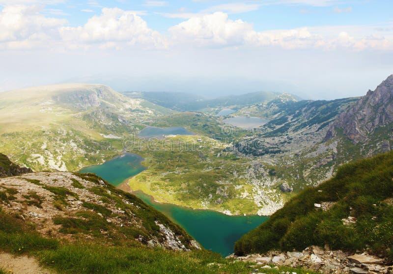 Opinión panorámica de los lagos Rila, parque de Rila, Bulgaria imagenes de archivo