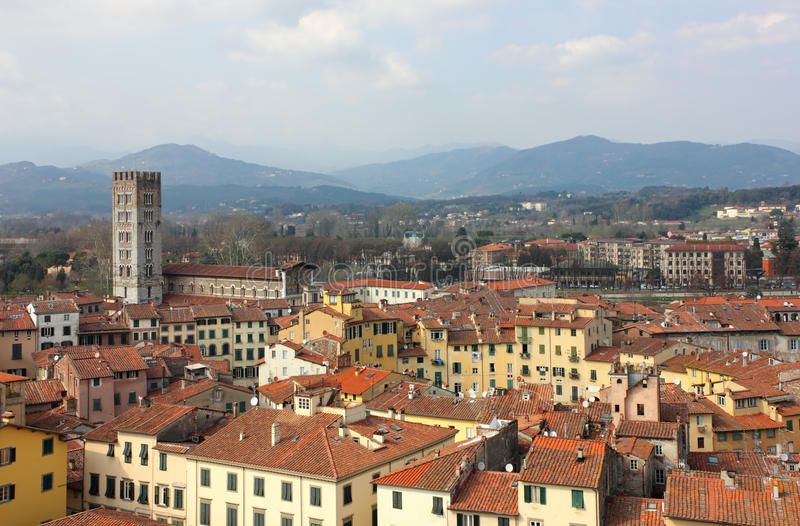 Opinión panorámica de Luca con el dell Anfiteatro de la plaza imagen de archivo
