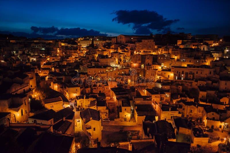 Opinión panorámica de Matera de la ciudad vieja en la noche, Basilicata, Italia foto de archivo libre de regalías