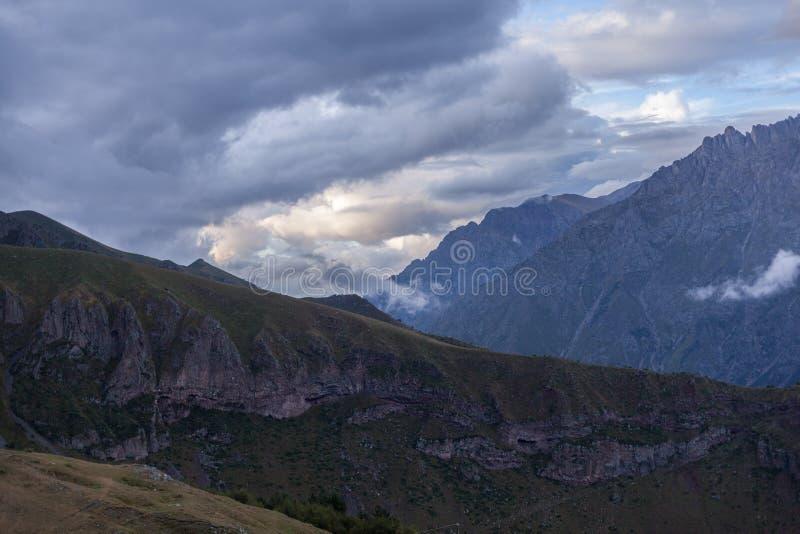 Opinión panorámica de Ountain sobre una tarde Paisaje hermoso de la montaña de la tarde bajo puesta del sol brillante Georgia Kaz foto de archivo libre de regalías