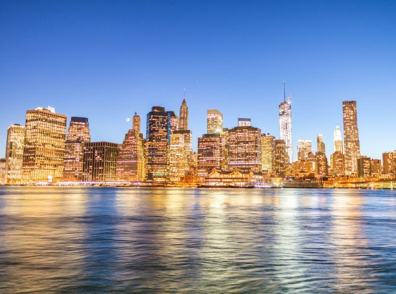 Opinión panorámica del horizonte de la noche de Manhattan céntrica imagen de archivo libre de regalías