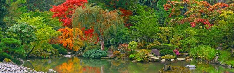 Opinión panorámica del jardín japonés imagen de archivo