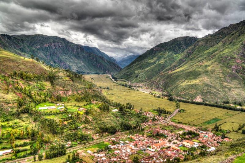Opinión panorámica del paisaje aéreo al río y al valle sagrado del punto de vista de Taray cerca de Pisac, Cuzco, Perú de Urubamb fotos de archivo