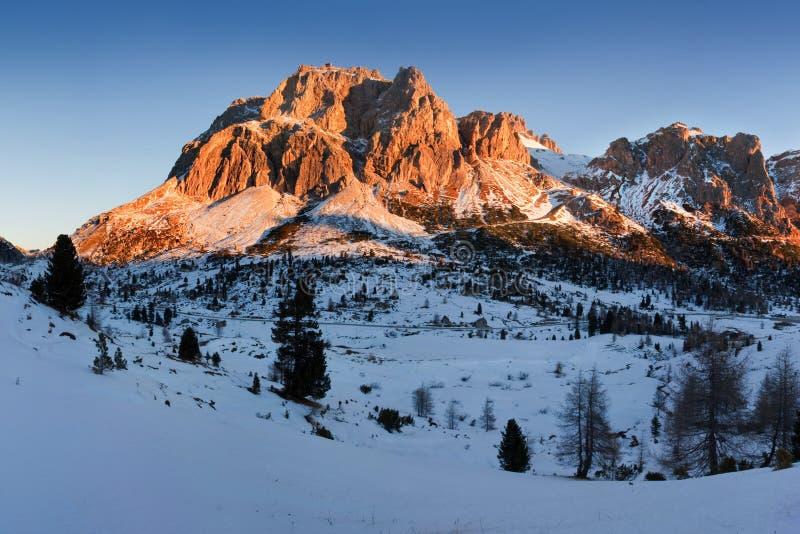 Opinión panorámica del paisaje de la montaña con la puesta del sol magnífica en dolomías, Italia del invierno del cielo azul Esce fotografía de archivo