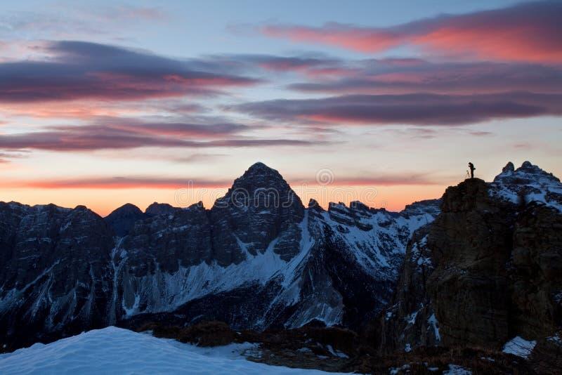Opinión panorámica del paisaje de la montaña con la puesta del sol magnífica en dolomías, Italia del invierno del cielo azul Esce imagen de archivo