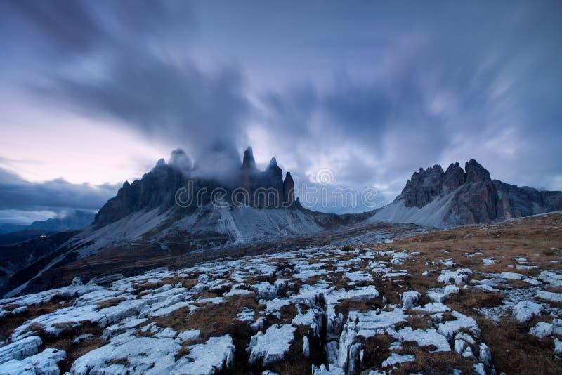 Opinión panorámica del paisaje de la montaña con la puesta del sol magnífica en dolomías, Italia del invierno del cielo azul Esce fotografía de archivo libre de regalías