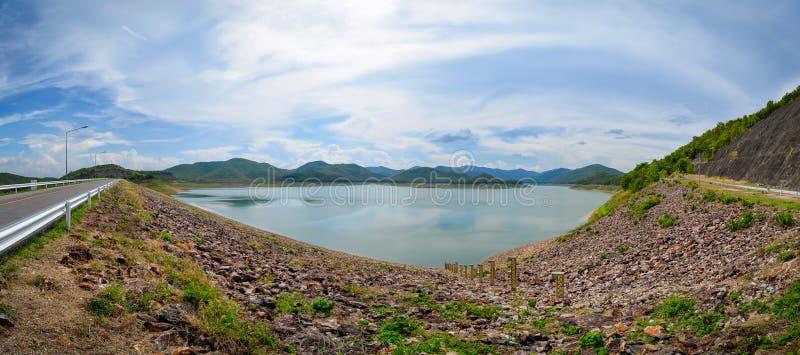 Opinión panorámica del paisaje de la reserva de agua o de la presa con muchos árbol y montaña todo el aroun fotos de archivo