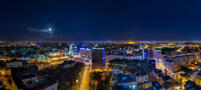 Opinión panorámica del paisaje urbano de Bucarest por noche imagen de archivo