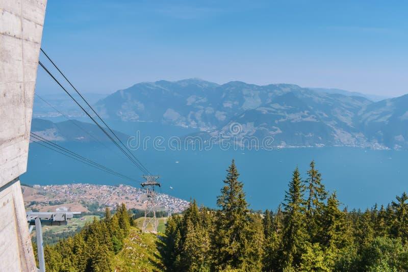 Opinión panorámica del verano hermoso de las montañas suizas Lago Alfalfa en el fondo fotografía de archivo libre de regalías