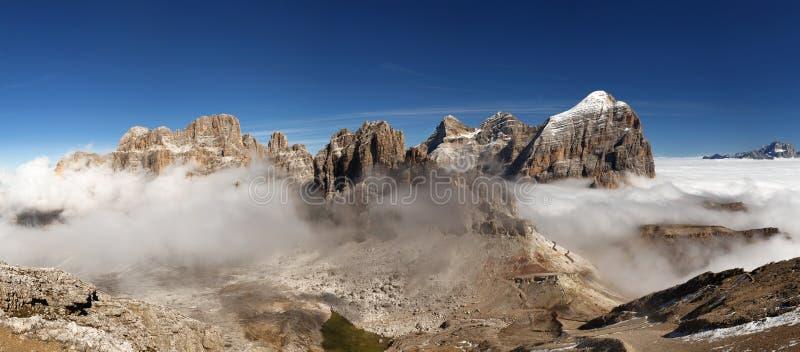 Opinión panorámica el italiano Dolomities - agrupe Tofana imagenes de archivo