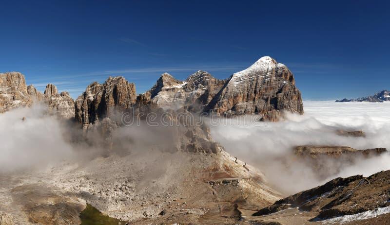 Opinión panorámica el italiano Dolomities - agrupe Tofana imagen de archivo