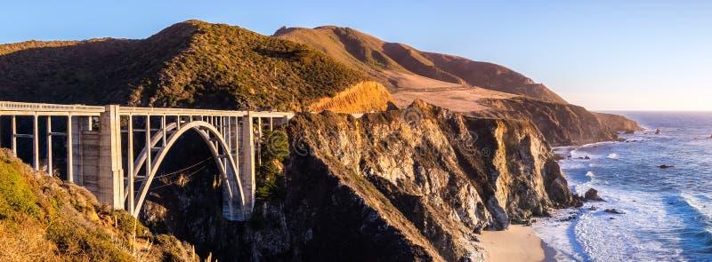 Opinión panorámica el puente de la cala de Bixby y Oc pacífico dramático foto de archivo