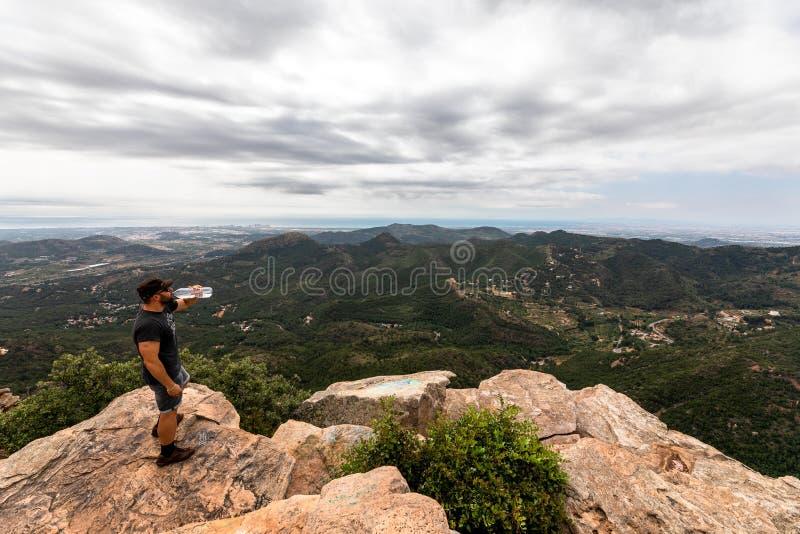 Opinión panorámica el turista en pico de montaña foto de archivo