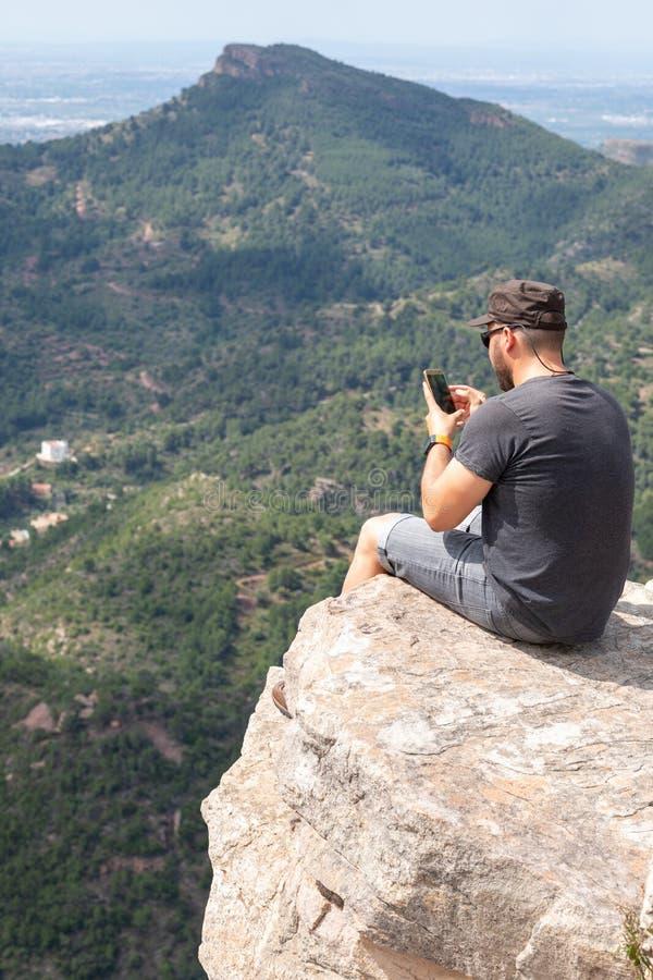Opinión panorámica el turista en pico de montaña imagenes de archivo