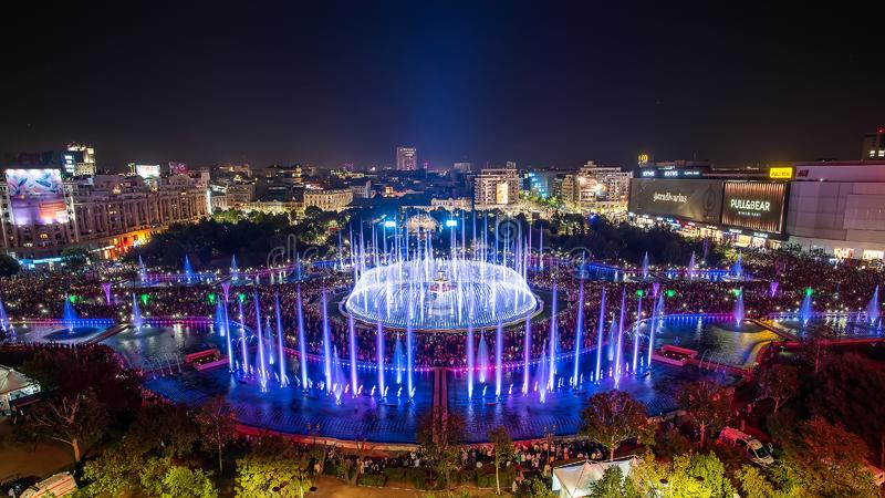 Opinión panorámica 2018 fuente cuadrada central de Unirii de la ciudad de Bucarest de la nueva y horizonte de la ciudad de la noc foto de archivo libre de regalías