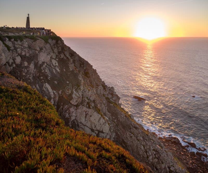 Opinión panorámica grande sobre puesta del sol que sorprende en Cabo DA Roca (cabo Roca foto de archivo