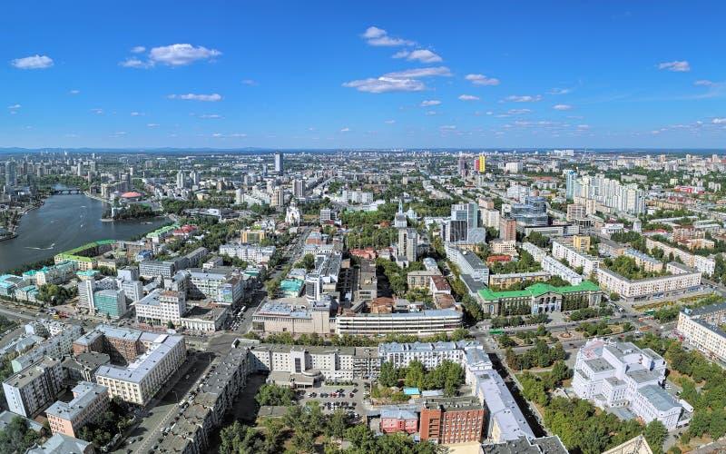 Opinión panorámica la central y las partes norteñas de Ekaterimburgo, Rusia fotografía de archivo