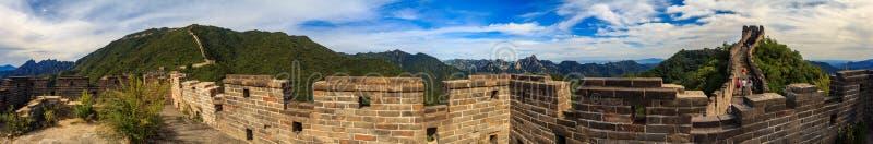 Opinión panorámica la Gran Muralla de China y los turistas que caminan en la pared en el Mutianyu imagenes de archivo