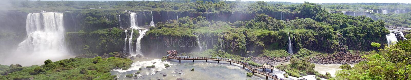Opinión panorámica la pasarela y turistas en las cataratas del Iguazú, del lado del Brasil fotos de archivo