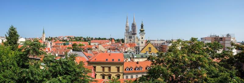 Opinión panorámica muy grande sobre Roman Catholic Zagreb Cathedral y ciudad vieja de la capital croata fotos de archivo