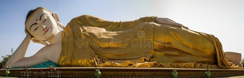 Opinión panorámica Mya Tha Lyaung, Buda de descanso, uno del más grande del mundo, Bago, región de Bago, Myanmar imagenes de archivo