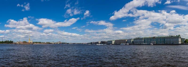 Opinión panorámica Neva River, Peter y Paul Fortress y el palacio del invierno St Petersburg Rusia imagen de archivo