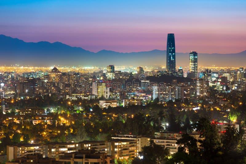 Opinión panorámica Santiago de Chile en la noche fotos de archivo