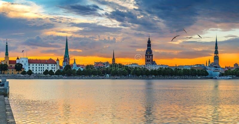 Opinión panorámica sobre distrito histórico de la ciudad vieja de Riga fotos de archivo